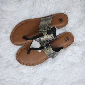 NWT Cute faux Snake skin sandals size 8